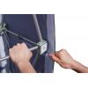Nadat u het frame rechtop heeft gezet, spant u de zijflappen op de klittenbandpunten...
